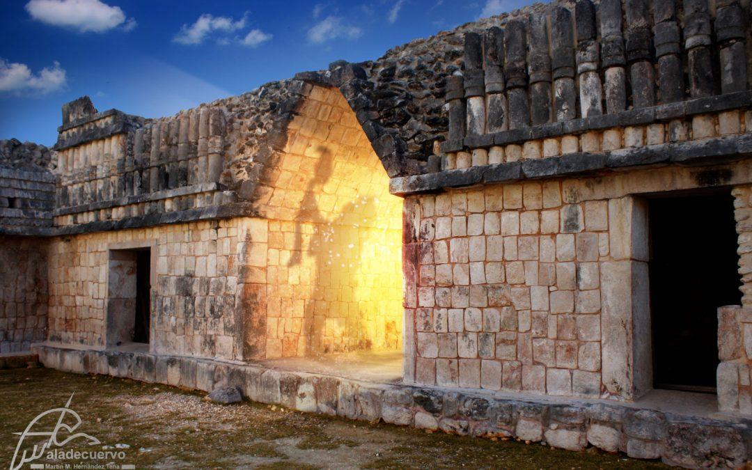 A través del arco maya